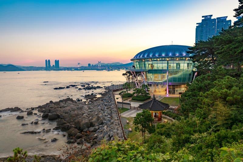Nattsikt på det Nurimaru APEC-huset i den Dongbaekseom ön, Haeundae område, Sydkorea arkivfoto