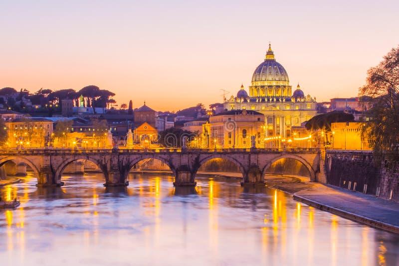 Nattsikt på domkyrkan för St Peter i Rome, Italien arkivbilder