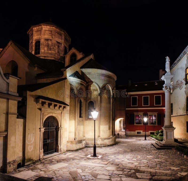 Nattsikt till den armeniska domkyrkan av antagandet av Mary i Lviv, Ukraina arkivfoto