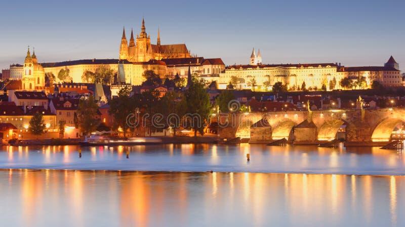 Nattsikt till den Vltava flod- och Prague slotten, Prague, Tjeckien arkivbild