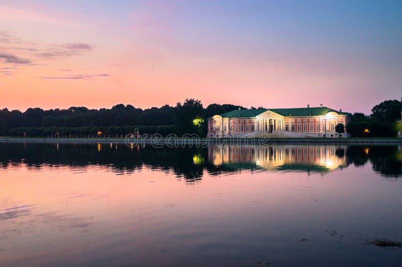 Nattsikt till och med dammet på slotten i museum-godset Kuskovo, Moskva arkivfoton
