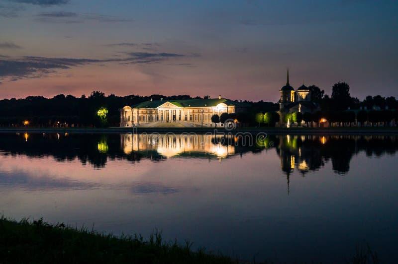 Nattsikt till och med dammet på slotten i museum-godset Kuskovo, Moskva royaltyfri fotografi