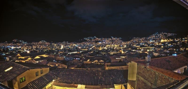 Nattsikten av city av Cusco, Peru Med otaliga gataljus på kullen Mycket härligt och bedöva arkivfoto