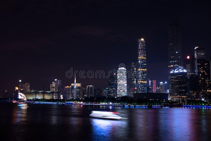 Nattsikten av den finansiella mitten av Zhujiang den nya staden, Guangzhou, Kina arkivbild