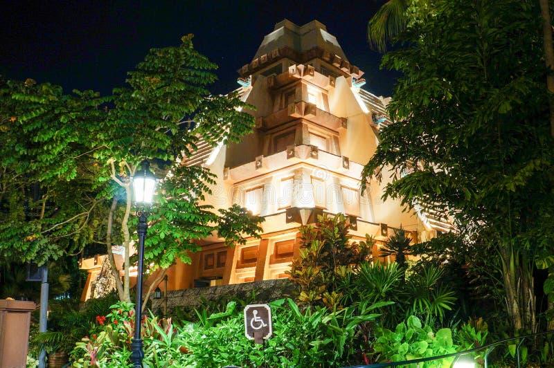 Nattsikten av den Mayan pyramiden på världen ställer ut i Disney Epcot royaltyfria foton