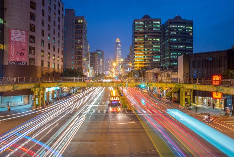 Nattsikten av den Taipei staden med trafik skuggar arkivbild