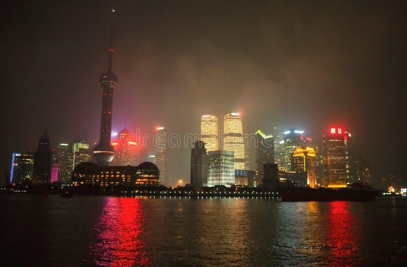 Nattsikten av det orientaliska pärlatorn-, Shanghai tornet, det Jin Mao tornet, Pudong Shangri-La och skyskrapor i Pudong fotografering för bildbyråer
