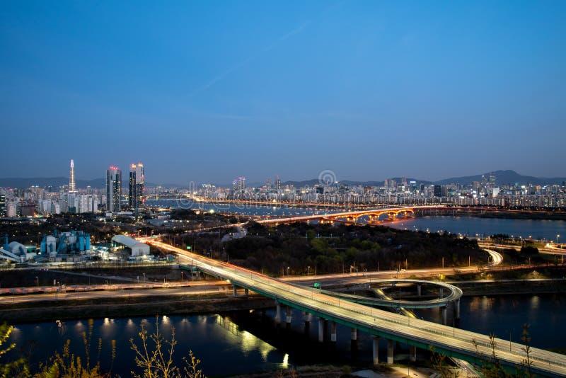 Nattsikten av Seoul trafik för bildriftstoppväg Trafik på den Seoul staden, Sydkorea arkivfoton