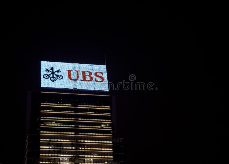 Nattsikten av UBS byggnaden fotografering för bildbyråer