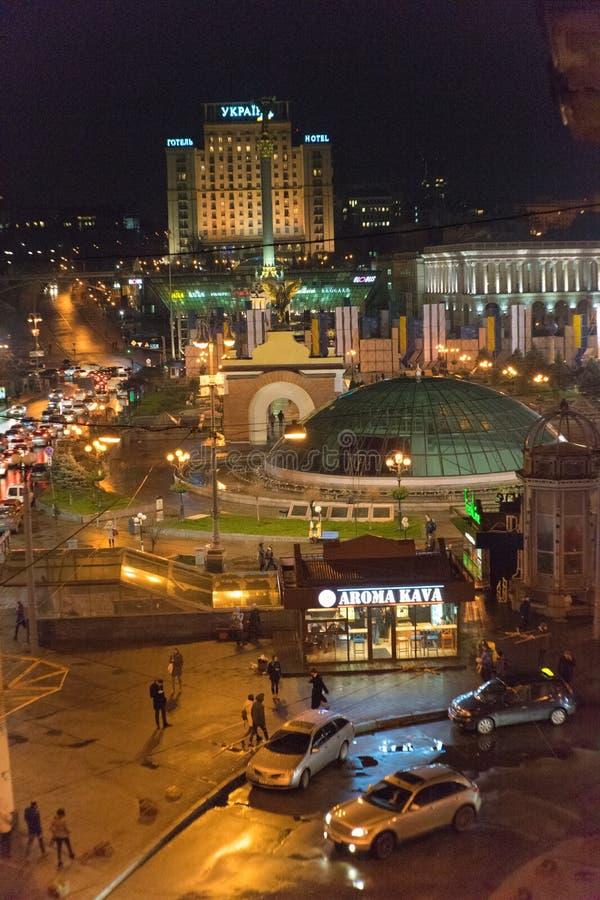 Nattsjälvständighetfyrkant i mitten av Kiev arkivfoton