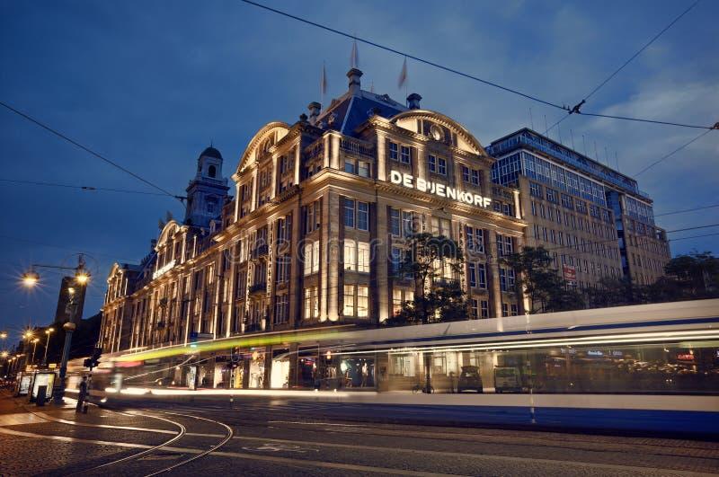 Nattskott från De Bijenkorf i fördämningfyrkant av Amsterdam arkivfoton