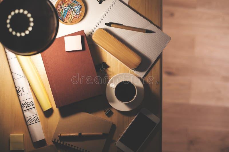 Nattskrivbord med den rena mobiltelefonen arkivfoto