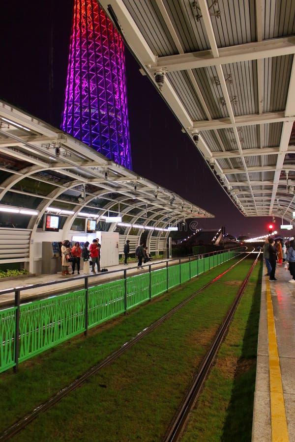 Nattsp?rvagnstation i den Guangzhou staden fotografering för bildbyråer