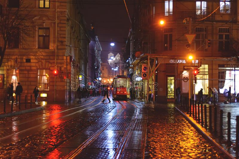 Nattstad efter regn Lviv med spårvagnar royaltyfri foto