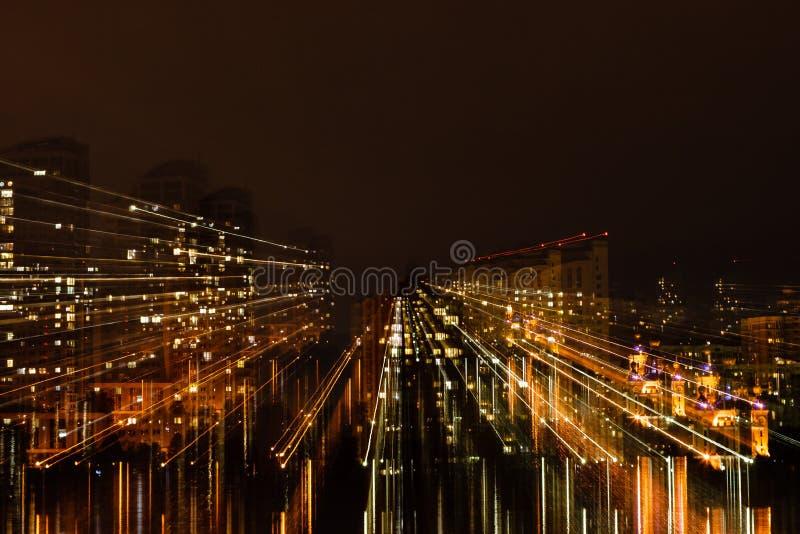 Nattstad i rörelse av ljusa linjer royaltyfri foto