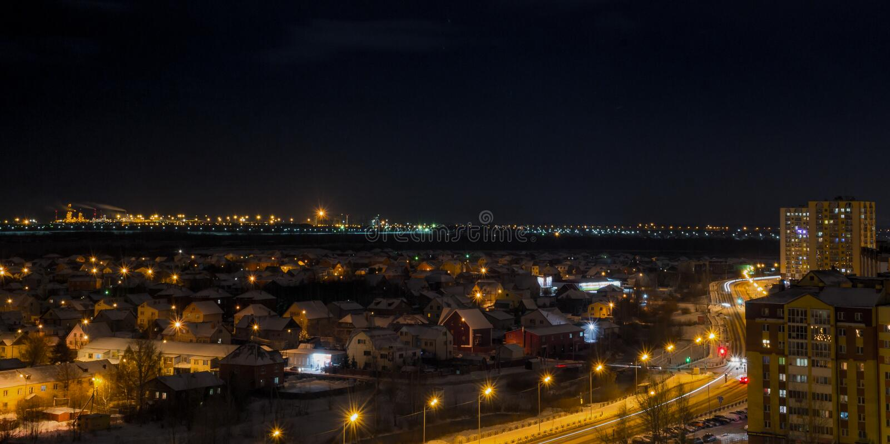 Nattstad i vintern från taket fotografering för bildbyråer