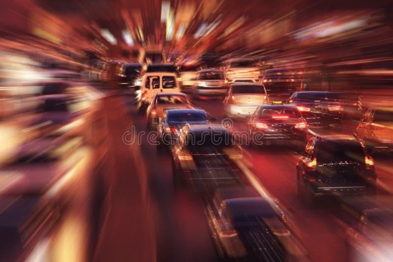 Nattstad med suddighetsrörelsebilar royaltyfria foton