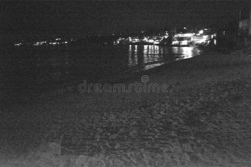Nattstad och havet royaltyfri fotografi