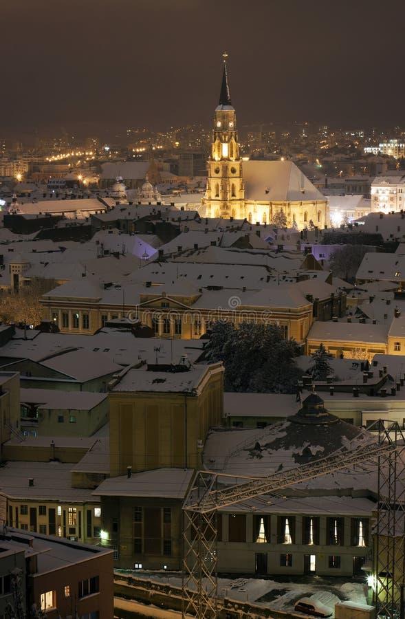 Nattstaden beskådar med Sts Michael domkyrka i Cluj arkivbild
