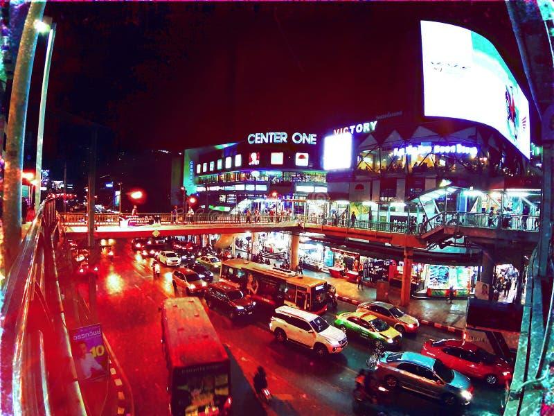 Nattstaden med många bilar beskådar royaltyfri bild
