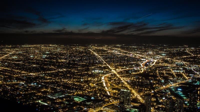 Nattstadsljus i förorter fotografering för bildbyråer