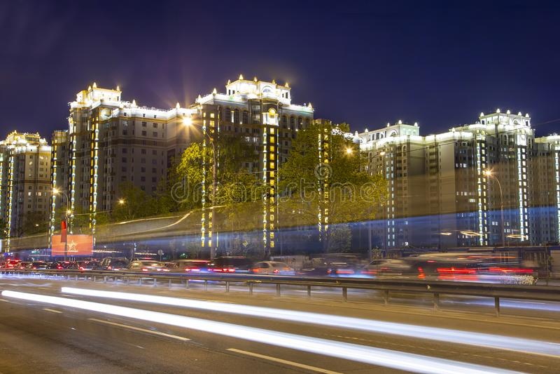 Natttrafik i Moskva, Ryssland Lomonosovsky utsikt royaltyfri fotografi