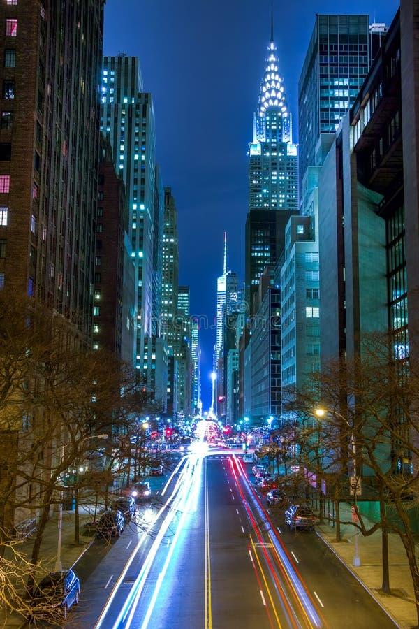 Natttrafik på den 42nd gatan av Manhattan royaltyfria bilder