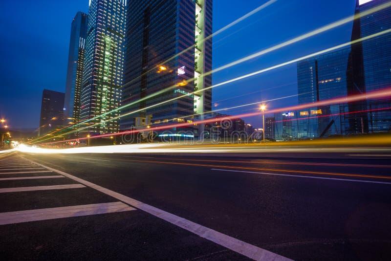 Natttrafikslingor på cityscapebakgrunden arkivfoto