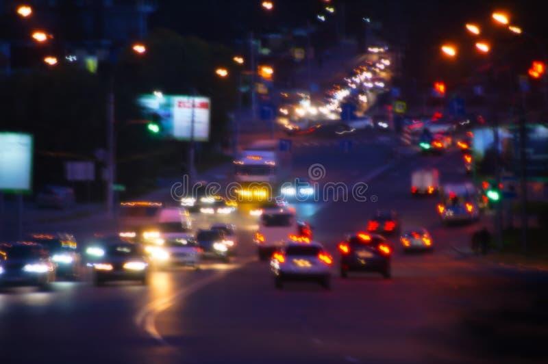 Nattväg med bilar i staden Trafik Oskärpa fotografering för bildbyråer