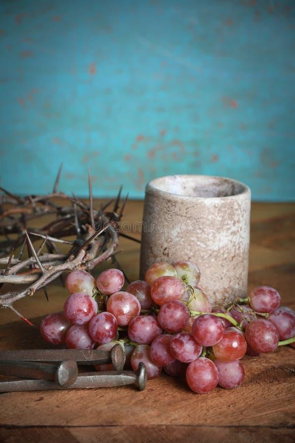 Nattvardsgångtabellen med kronan av taggar, druvor och spikar arkivbild
