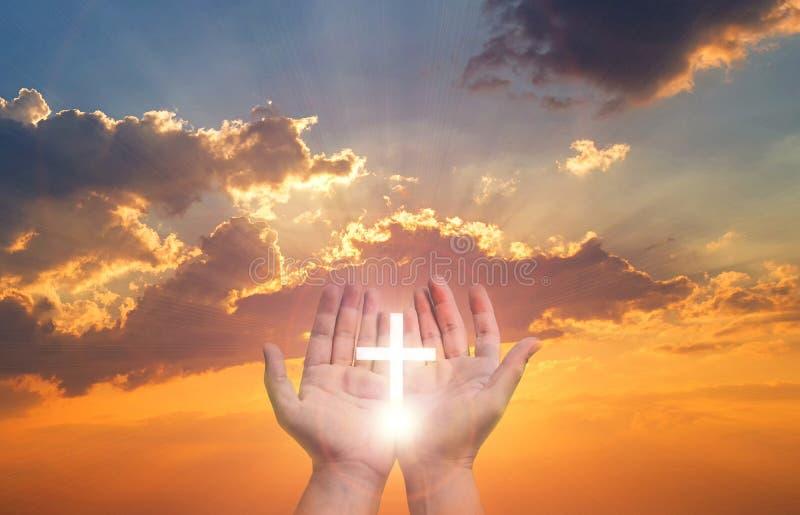 Nattvardterapi v?lsignar guden som portionen ?ngrar den katolska p?sken Lent Mind Pray Christian Human händer öppnar för att gömm royaltyfria foton