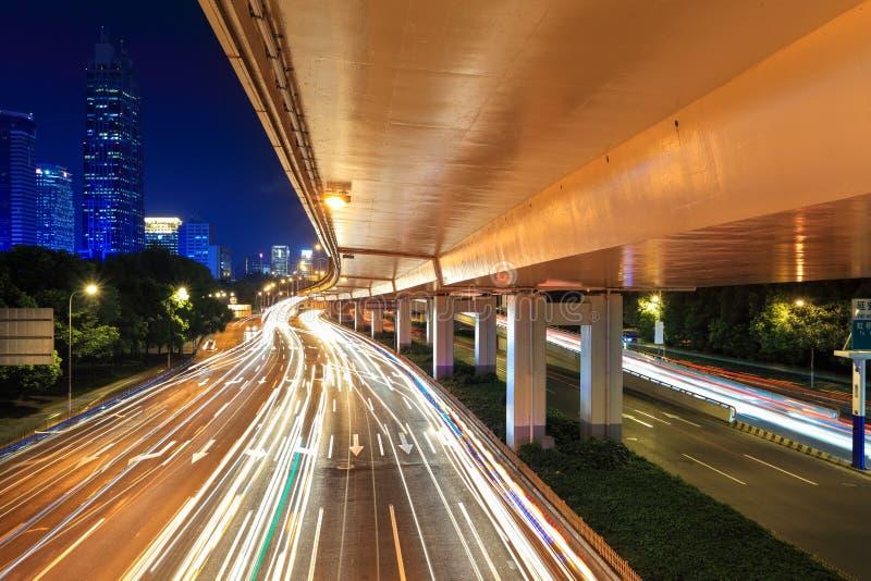 Nattviaduct med ljusa trails royaltyfria bilder