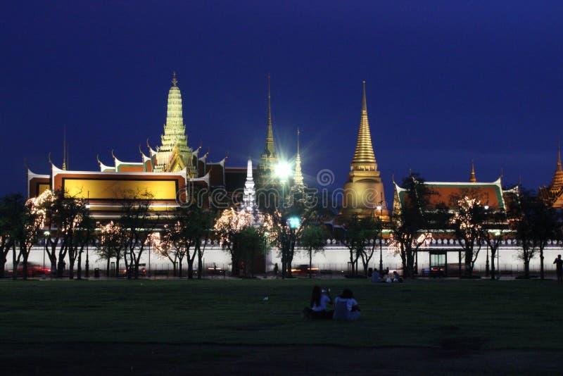 Nattvibe av WatPhraKaew och Sanamluang arkivfoto