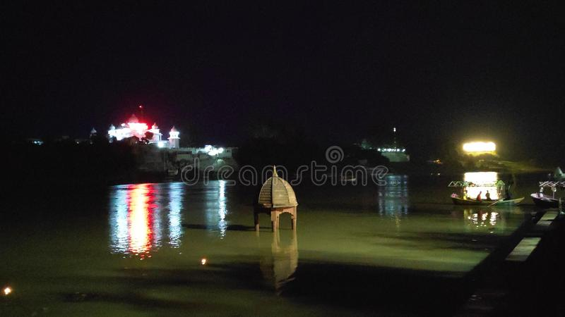 Nattvy över floden narmada i jabalpur, madhya pradesh, Indien royaltyfria bilder