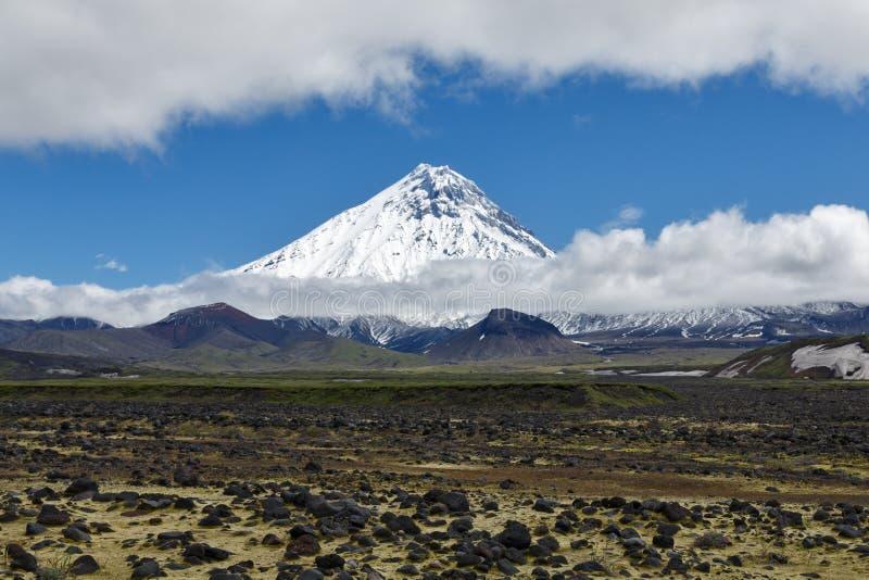 Natur av Kamchatka - härligt vulkaniskt landskap: sikt på Kamen Volcano royaltyfri bild