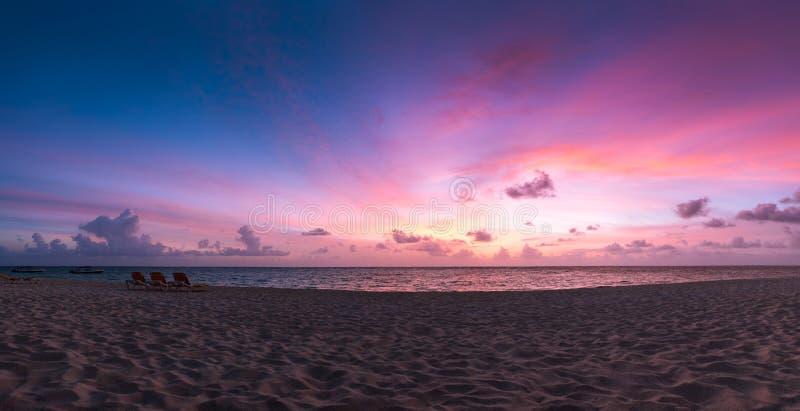 Natur in D?mmerung Zeitraum, Sonnenaufgang oder Sonnenuntergang ?ber dem Meer mit Strandstuhl Seeansicht vom tropischen Strand mi lizenzfreies stockfoto