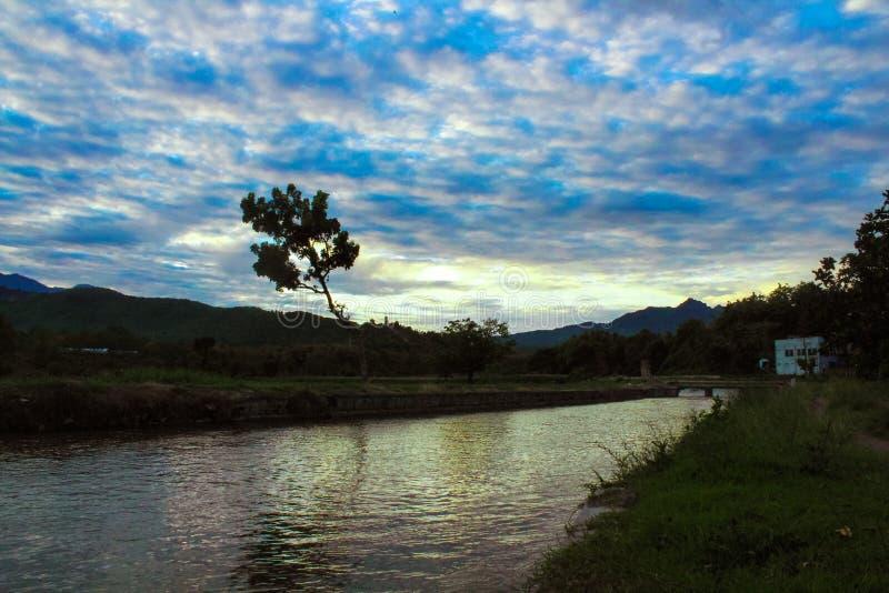 Natur - eine schöne Landschaft am Morgen lizenzfreie stockbilder
