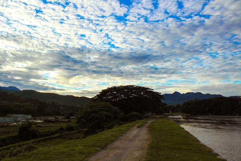 Natur - eine Straße und ein schöner Himmel stockbild