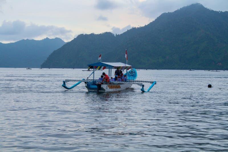 Natur - einige Besucher, die Boote genießen stockbild
