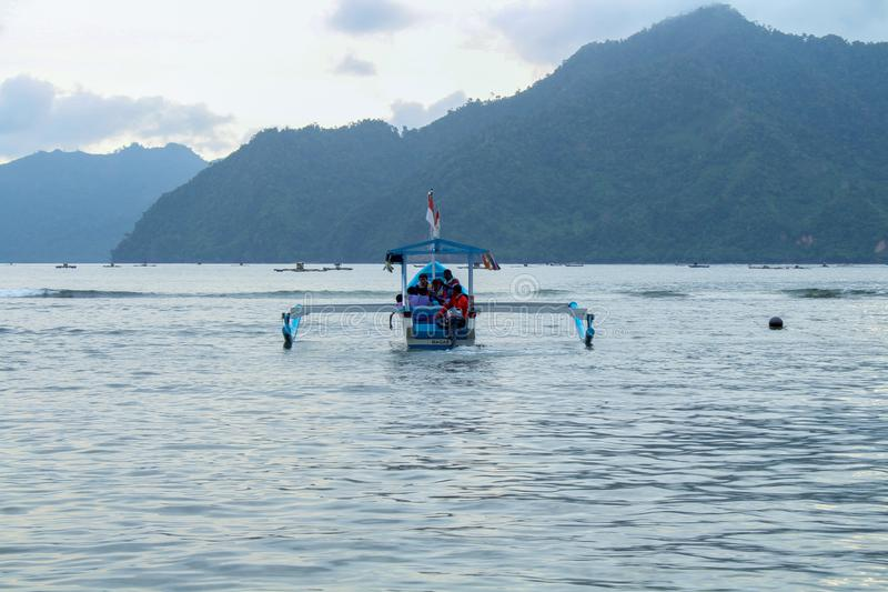 Natur - einige Besucher, die Boote genießen stockfotos