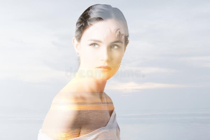 Natur för dubbel exponering Stående av det härliga ung kvinna- och solnedgånghavet royaltyfri bild