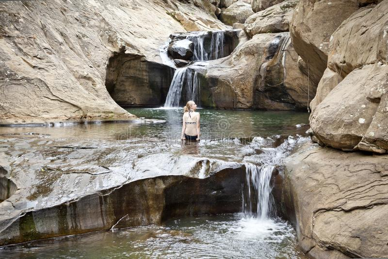 Natur för flicka för Australien scenisk vattenfallflod royaltyfri bild