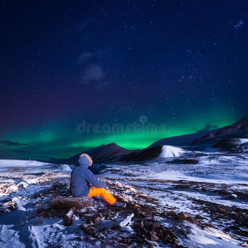Natur för tapetNorge landskap av bergen av staden för Spitsbergen Longyearbyen Svalbard byggnadssnö på en polar daynightintellige arkivfoton