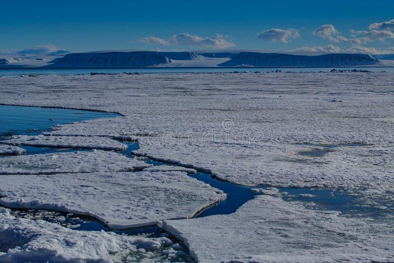 Natur f?r Norge landskapis av glaci?rbergen av himmel f?r solnedg?ng f?r dag f?r vinter Spitsbergen Longyearbyen Svalbard f?r ark royaltyfri fotografi
