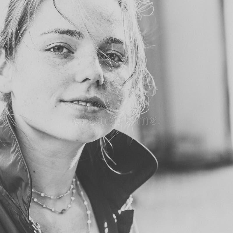 Natur hermoso de la moda de la ciudad de la calle de las pecas del retrato de la cara de la mujer fotografía de archivo