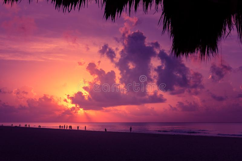Natur im Dämmerungszeitraum, -sonnenaufgang oder -sonnenuntergang über dem Meer Seeansicht vom tropischen Strand mit purpurrotem  lizenzfreies stockfoto