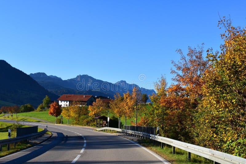 Natur och byar i den alpina regionen av Bayern, Tyskland fotografering för bildbyråer