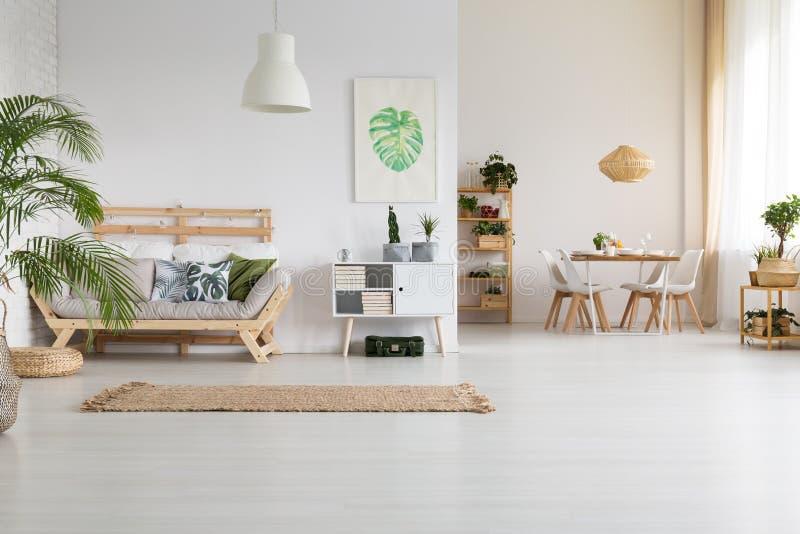 Natur och trä i hem fotografering för bildbyråer