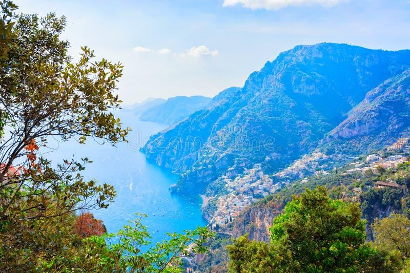 Natur på banan av gudar på det Tyrrhenian havet och Positano fotografering för bildbyråer
