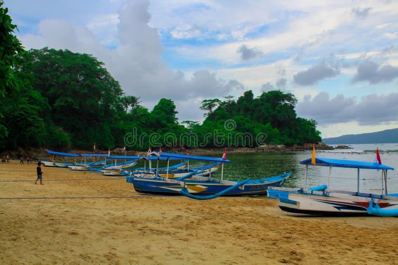 Natur - schöne Strände und Fischerboote lizenzfreie stockfotos